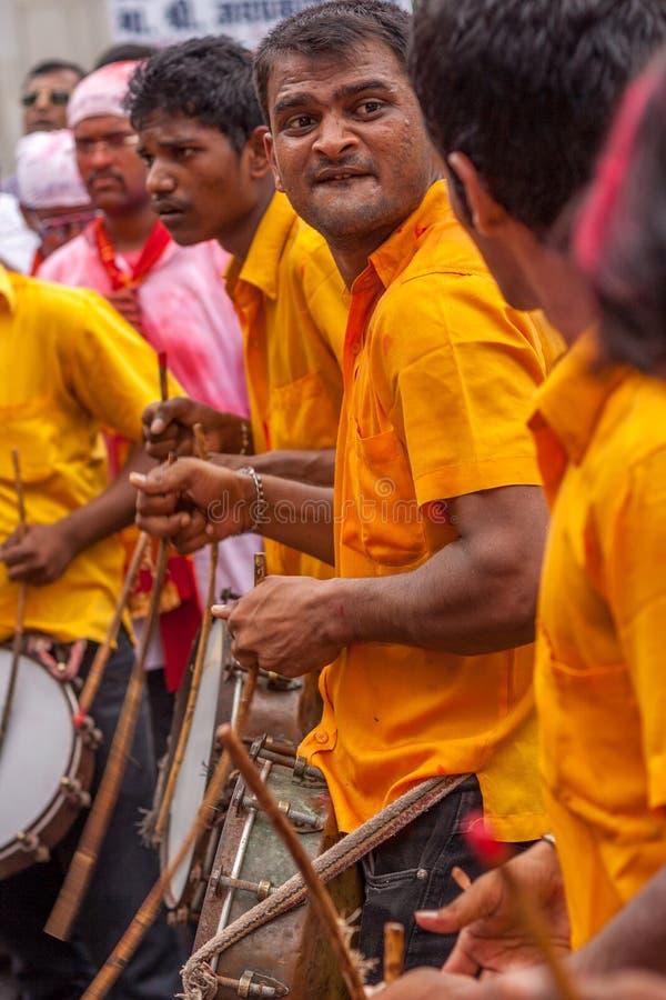 BOMBAY, LA INDIA - SEPTIEMBRE 18,2013: El Dhol Pathak - el grupo de juventud que toca el instrumento tradicional Dhol en el immer imagenes de archivo