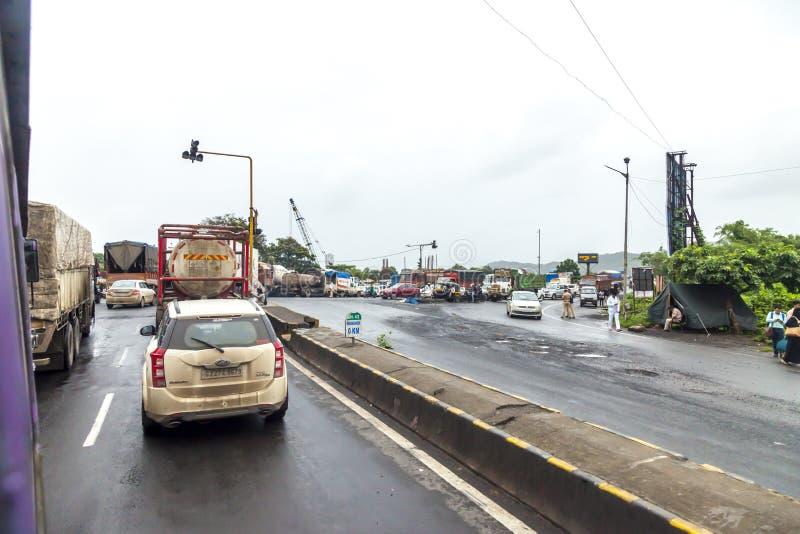 Bombay, maharashtra 25 de agosto de 2018: Thane Road en Bombay durante llover la estación la India una de las ciudades principale fotografía de archivo