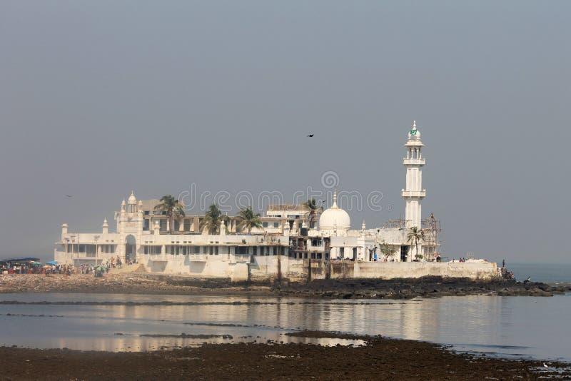 BOMBAY, MAHARASHTRA, la INDIA, octubre de 2014, devoto en Hajiali Dargah fotos de archivo libres de regalías