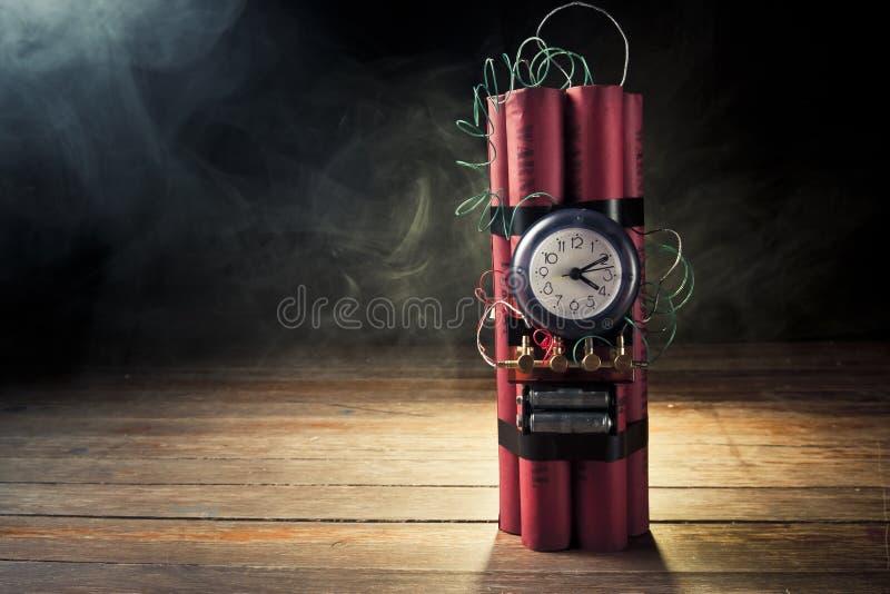 Bombe à retardement de dynamite sur un fond noir photos stock