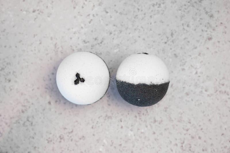 Bombe del bagno con i chicchi di caffè su un fondo bianco fotografia stock libera da diritti