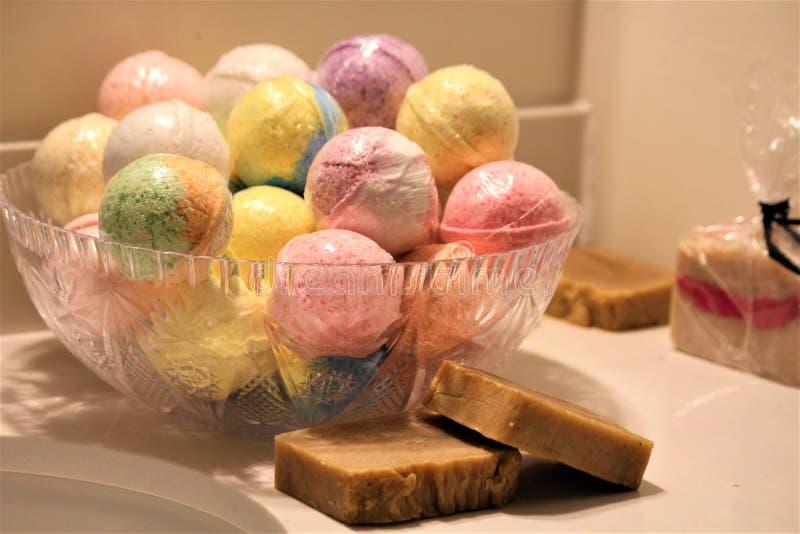Bombe del bagno nei colori assortiti immagini stock libere da diritti