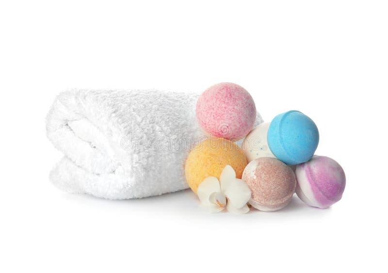 Bombe ed asciugamano del bagno immagine stock