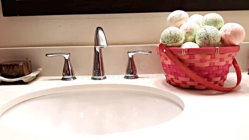 Bombe fatte a mano del bagno sul lavandino fotografia stock