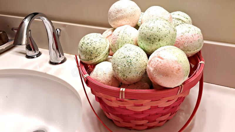 Bombe fatte a mano del bagno sul lavandino fotografie stock libere da diritti