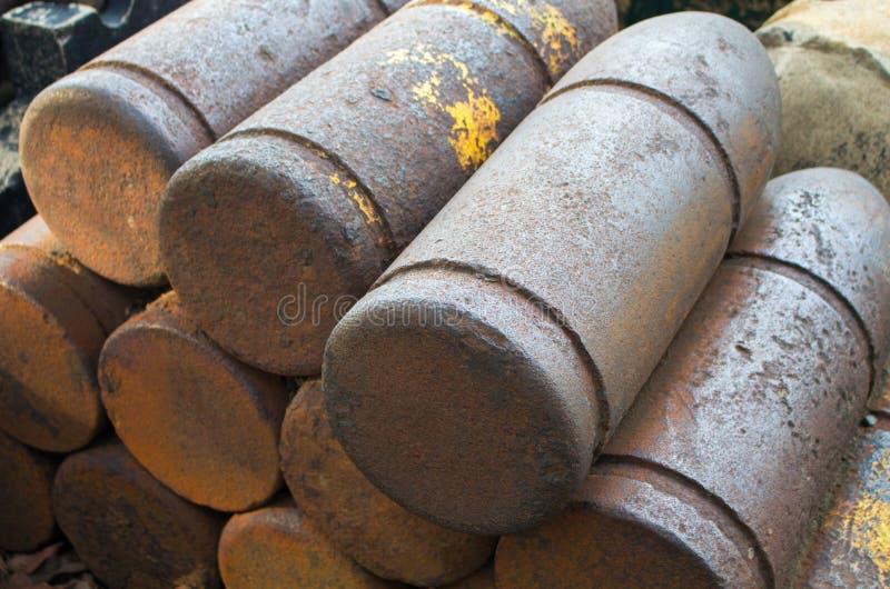 Bombe medievali con patina Coperture del ferro delle palle di cannone Munizioni militari storiche fotografia stock libera da diritti