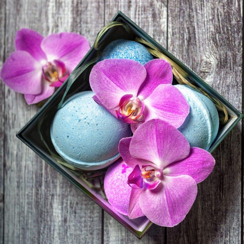 Bombe pour le bain Signifie pour la natation Boule cosmetic Station thermale image stock