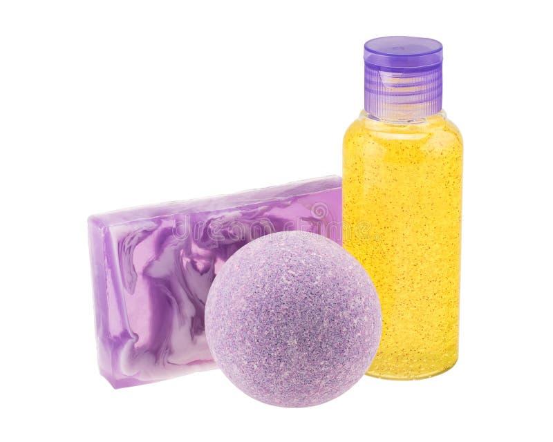 Bombe pourpre de bain, savon fait main et bouteille de cosmétique photos stock