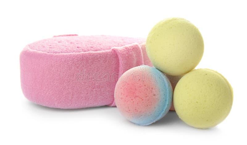 Bombe rosa del bagno e della spugna fotografie stock