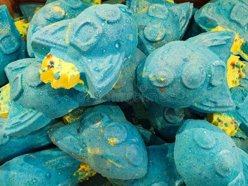 Bombe su esposizione in un negozio - lotti del bagno di bei e colori luminosi pronti ad essere caduto in un bagno fotografia stock libera da diritti