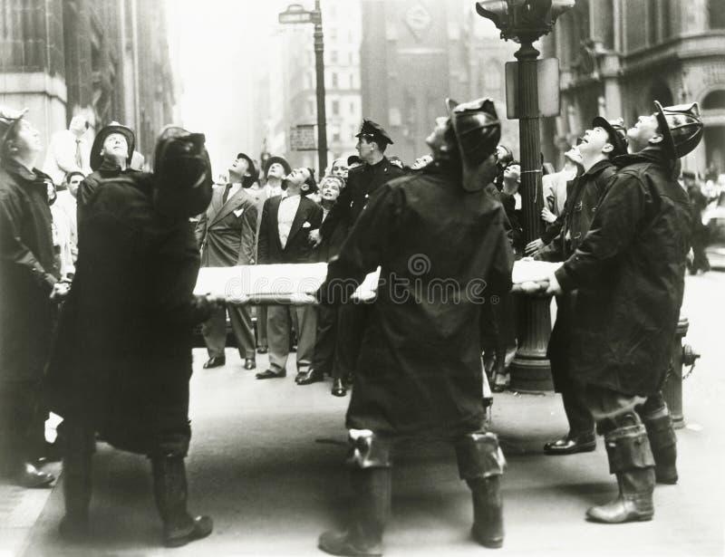 Bombeiros que guardam o trampolim do salvamento fotografia de stock
