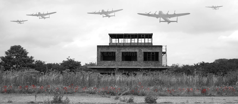 Bomber Avro Lancaster, der über alten Flugplatz fliegt stockfotografie