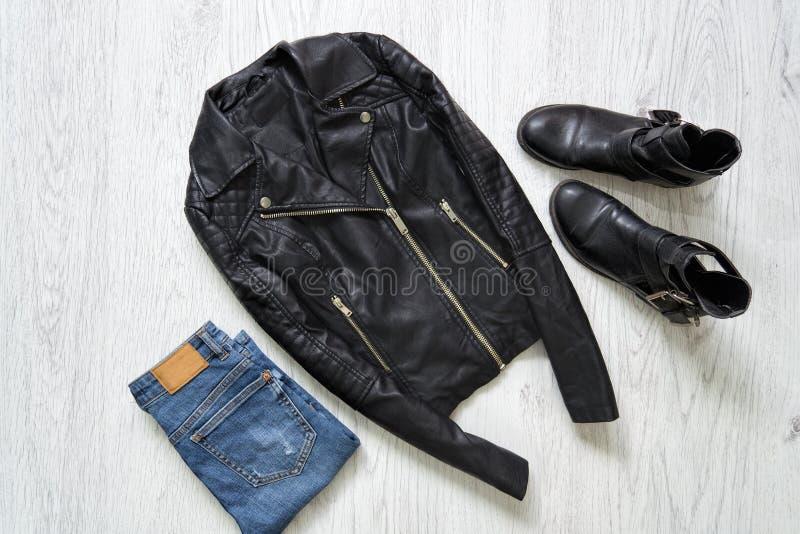 Bomber, jeans e stivali neri concetto alla moda fotografie stock libere da diritti