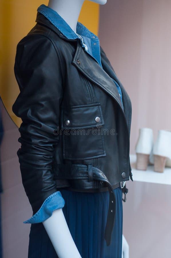 bomber nero sul manichino nella sala d'esposizione del deposito di modo per le donne immagini stock libere da diritti