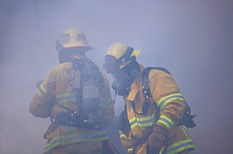 Bombero dos engullido en humo imagen de archivo