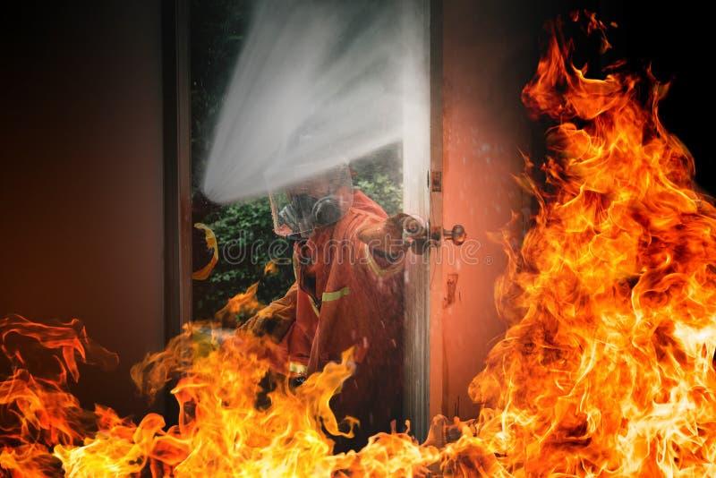 Bombero en el entrenamiento de la simulación de la lucha contra el fuego y del simulacro de incendio de la evacuación para la seg imagenes de archivo