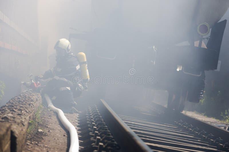 Bomberos del fuego del tren del petrolero imagen de archivo