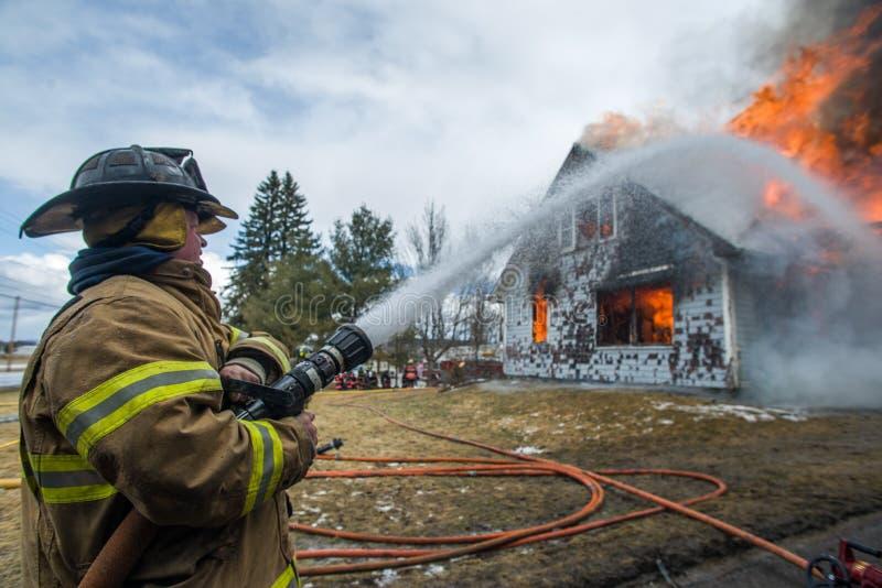 Bomberos en Live Burn Training fotografía de archivo