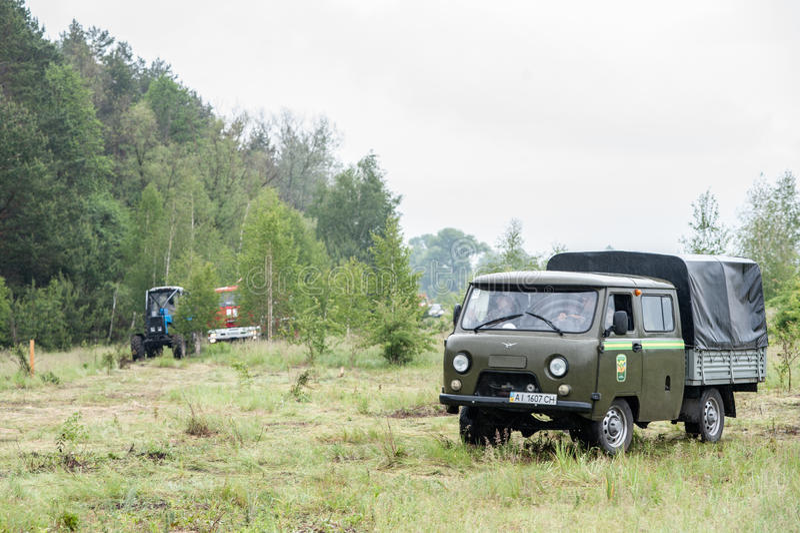 Bomberos entrenados para extinguir un bosque ardiente imagenes de archivo