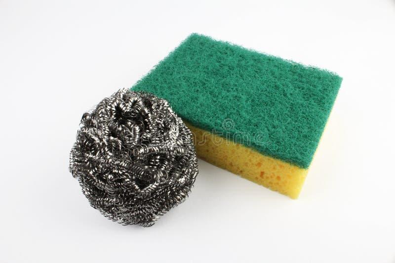 Bombez l'éponge de lavage avec le fil de laine en acier d'isolement sur le fond blanc photos stock