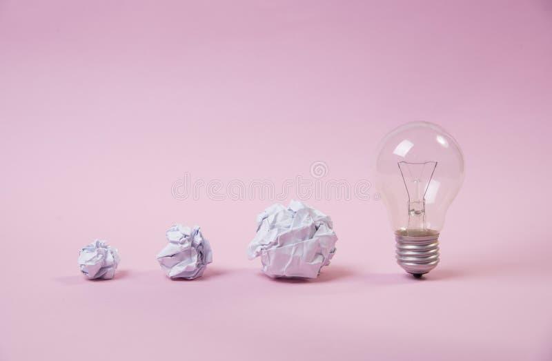 Bombilla con el papel arrugado reunión de reflexión del concepto para la idea fotografía de archivo
