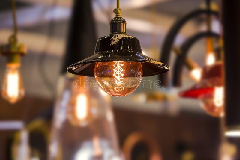 Bombilla decorativa de edison en lámpara retra del cono del techo del diseño Diseño original del vintage imagen de archivo