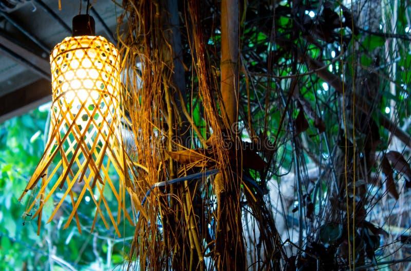 Bombilla en la armadura de bambú imagen de archivo libre de regalías