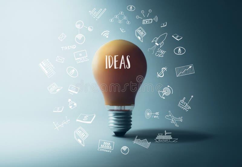Bombilla que brilla intensamente con palabra de las ideas inspiración de la creatividad imagen de archivo