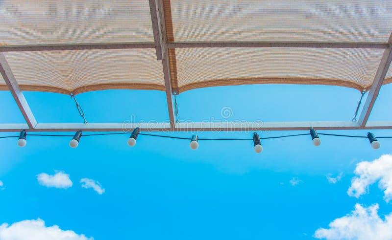 Bombilla que cuelga en el tejado en al aire libre fotos de archivo