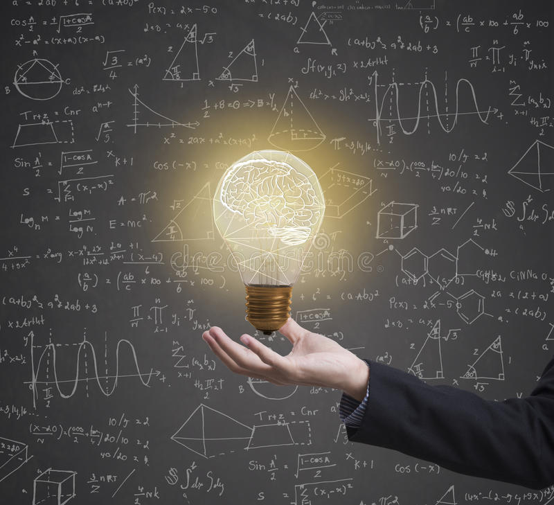 Bombilla que se inspira fórmula creativa de la matemáticas de la idea en negocio fotografía de archivo libre de regalías