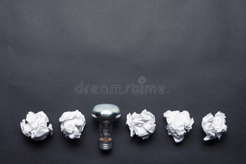 Bombilla y bolas arrugadas del Libro Blanco foto de archivo libre de regalías
