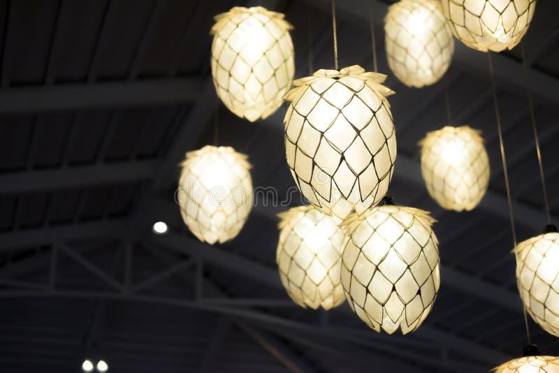 Bombilla y lámpara en estilo moderno fotografía de archivo libre de regalías