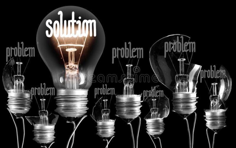 Bombillas con concepto del problema y de la soluci?n imagen de archivo libre de regalías