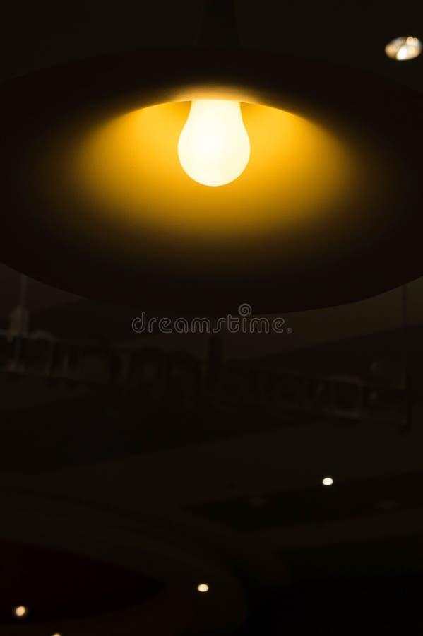 Bombillas En El Cuarto Oscuro Imagen de archivo - Imagen de noche ...