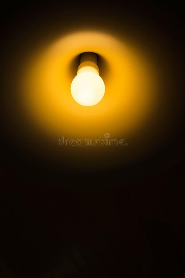 Bombillas En El Cuarto Oscuro Foto de archivo - Imagen de oscuridad ...