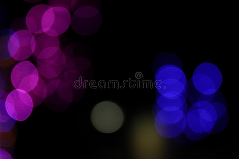 Bombillas llevadas coloridas en efecto del bokeh en fondo negro efecto luminoso borroso foto de archivo libre de regalías