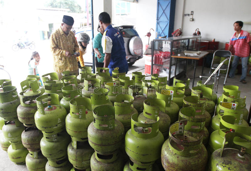 Bombole a gas di GPL immagine stock editoriale. Immagine ...