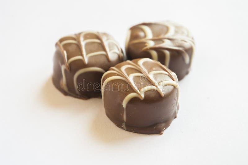 Bombom saboroso do chocolate isolado em um fundo branco imagem de stock royalty free