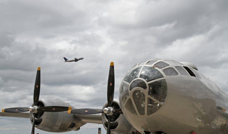 Bombplan B-29 med moderna den över huvudet passagerarestrålen royaltyfri bild