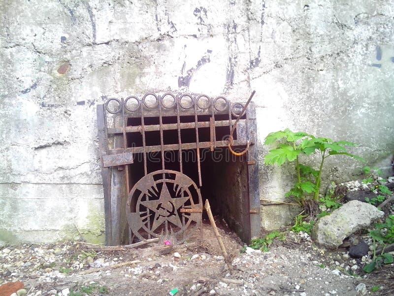 Bombshelter abandonado velho fotos de stock