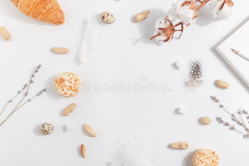 Bomull, lavendel, kakor och muttrar på en ljus bakgrund Top beskådar arkivfoton