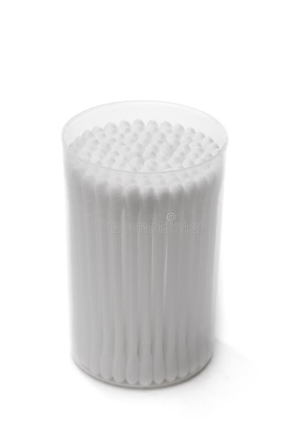 Bomullsbomullstoppar i en plast- behållare arkivfoto
