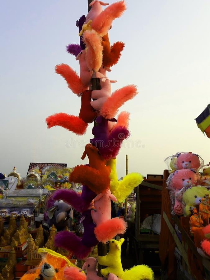 Bomullsekorrar och många leksaker i shoppar arkivfoto