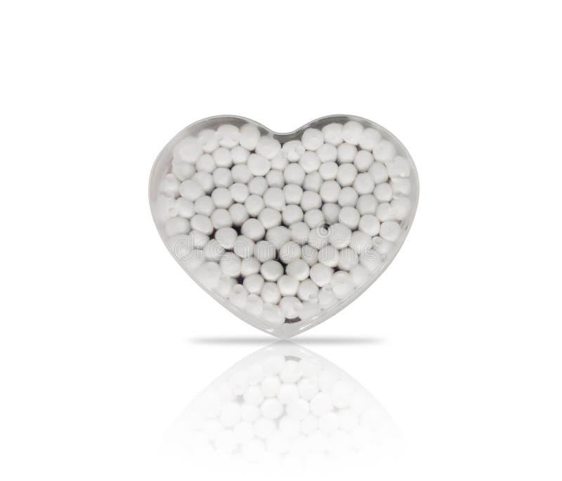 Bomullsknoppar i en hjärta formar den plast- behållaren fotografering för bildbyråer
