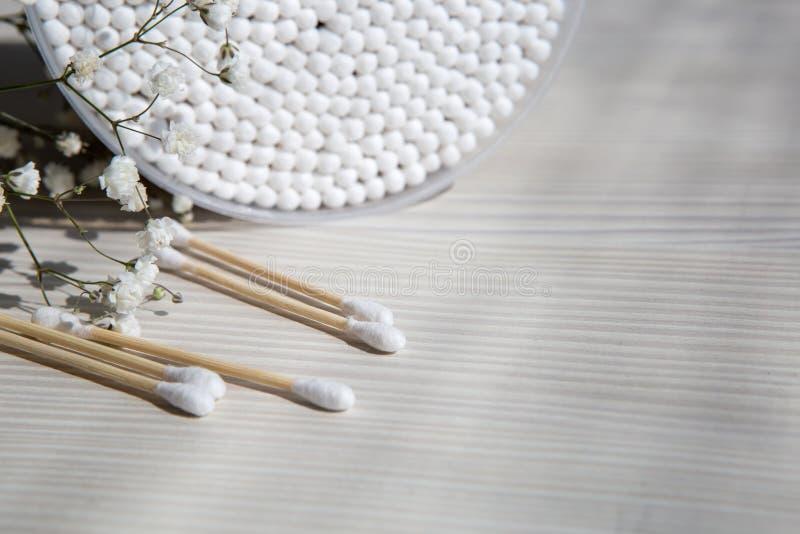 Bomullsstift för mediciner, kosmetika, öronrengöring på vit bakgrund arkivbilder