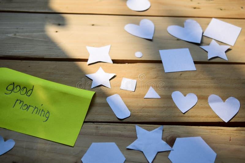 Bon concept de journal du matin sur le bois de vintage avec le blanc avec la lumière pendant le matin photos stock