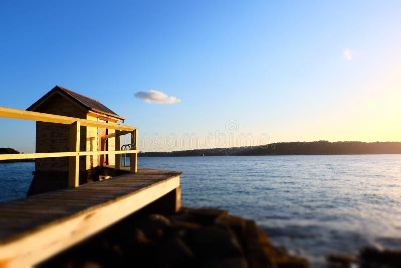Bon coucher du soleil de vue de petit port photo libre de droits