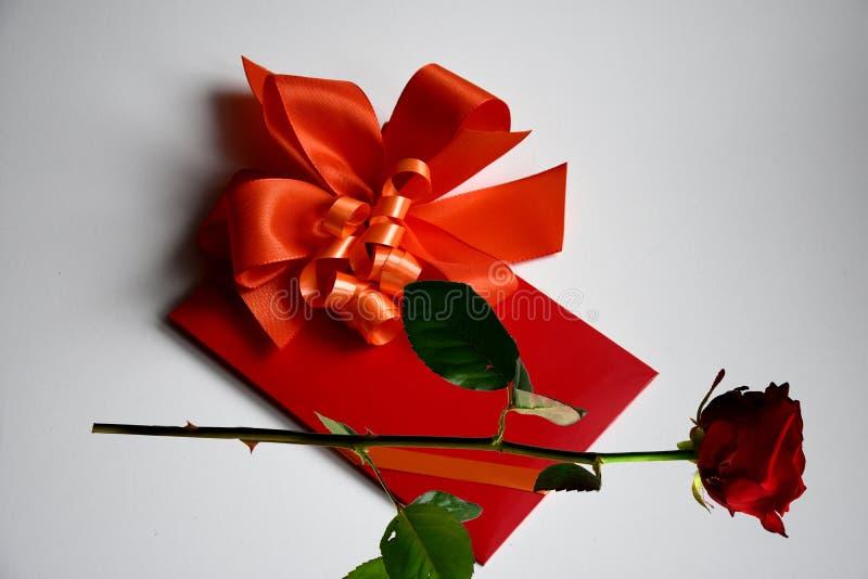 Bon de cadeau avec l'arc rouge photographie stock libre de droits