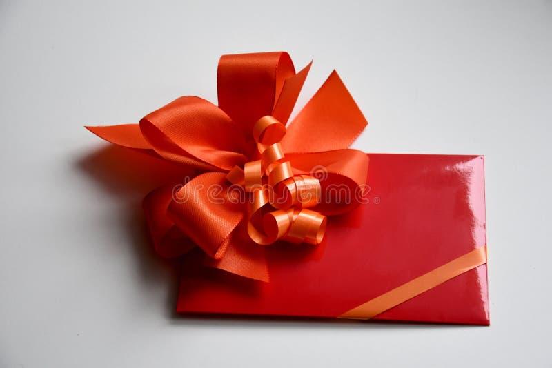 Bon de cadeau avec l'arc rouge photos stock
