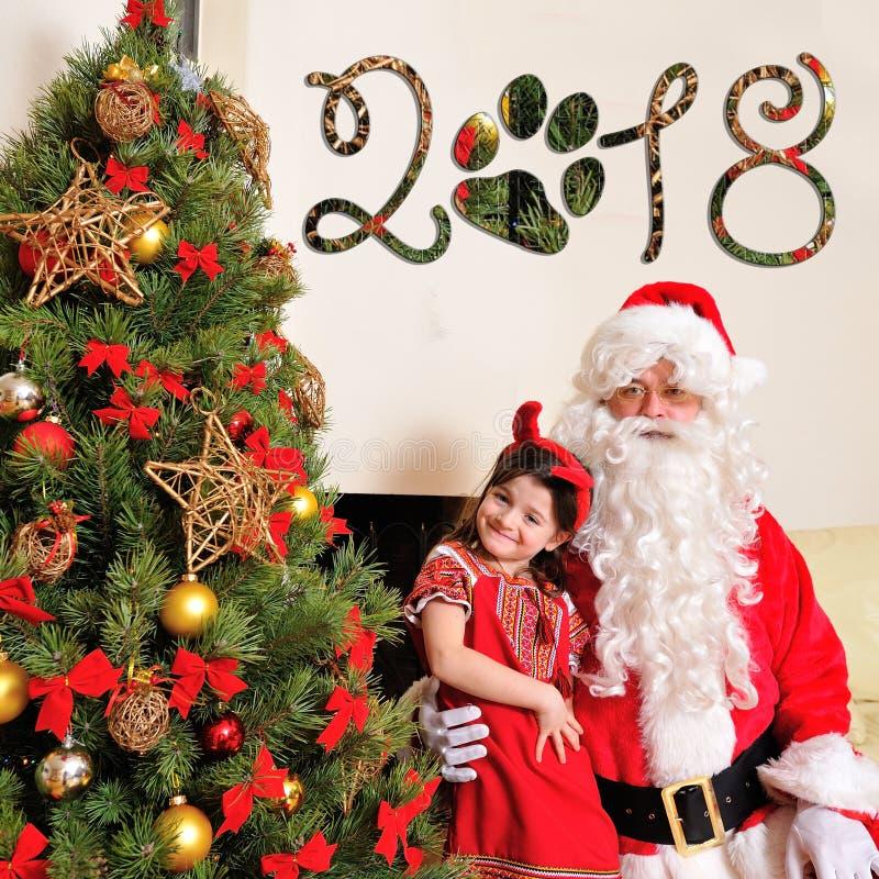 Bon esprit de nouvelle année : Arbre de Noël, sac de cadeau, cheminée et décoration pendant l'année du chien Santa et une fille photographie stock